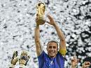 Fabio Cannavaro mit dem Pokal.