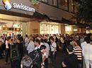 Grosser Ansturm vor dem Swisscom Laden vor dem Verkauf des neuen iPhone 3G um Mitternacht.