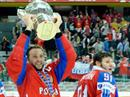 Russlands Captain Alexei Morozov (RUS, links) und Oleg Saprykin (RUS) mit dem Pokal.