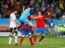 Joan Capdevila jubelt mit Torhüter Iker Casilla über den Sieg.