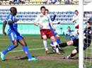 Matt Moussilou erzielt gegen Christopher Routis und Torhüter David Gonzalez das 1:0.