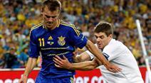 Harter Kampf zwischen Andriy Yarmolenko (l.) und Englands Steven Gerrard.
