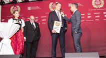 Matthias Sempach erhält den goldenen Kranz.