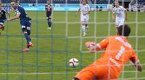 Luzerns Jakob Jantscher schiesst per Elfmeter gegen Torhüter Daniel Lopar das Tor zum 1:0.