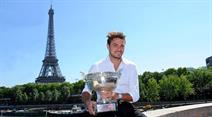 French Open Sieger Stan Wawrinka posiert mit dem Pokal vor dem Eiffelturm.