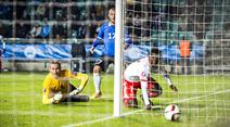 Breel Embolo provoziert das Eigentor zum 0:1 gegen Torhüter Mihkel Aksalu.