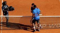 Roger Federer gratuliert Jo-Wilfroed Tsonga zum Sieg.