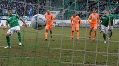 Roberto Rodriguez erzielt per Penalty das Tor zum 1:1.