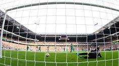 Bremens Aron Jahannsson erzielt per Penalty das Tor zum 1:0 gegen Torhüter Yann Sommer.