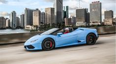 Der Lamborghini Huracan Spyder hat 4-Rad-Antrieb, 610 PS und einen längs eingebauten Heck-V10-Motor mit 610 PS.