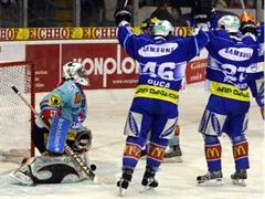 Rappis Marco Streit kann gegen die Zuger Paolo Duca und Timo Pärssinen nichts ausrichten.