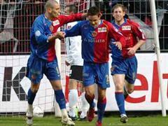 Basels Mladen Petric, David Degen und Scott Chipperfield jubeln.