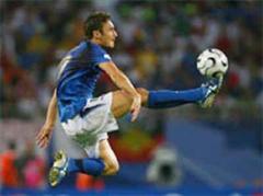 Francesco Totti will bei der Squadra Azzurra weitermachen.