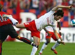 Osasunas David Lopez gegen Hamburgs Raphael Wicky.