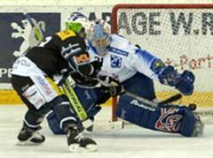 Basels Régis Fuchs trifft zum entscheidenen Punkt im Penaltyschiessen gegen Ari Sulander.