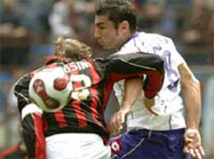 AC Milan - Fiorentina: Milans Massimo Ambrosini gegen Fiorentinas Michele Pazienza.