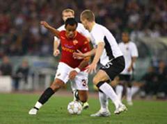 Roms Mancini gegen Manchesters Nemanja Vidic.