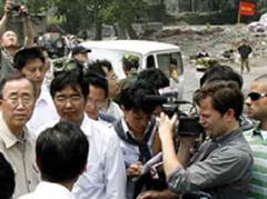 Ban Ki Moon besucht das Erdbebegebiet in China.