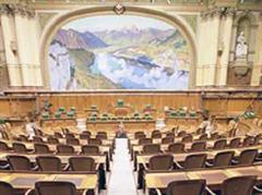 Leerer Sitzungssaal im Bundeshaus.