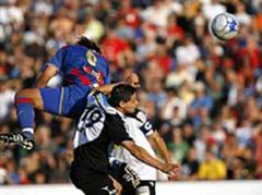 Basels Marcos Gelabert schiesst gegen Aaraus Mario Mutsch das Tor zum 2:0.