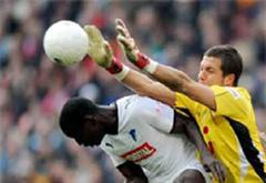 Hoffenheims Demba Ba gegen Hannovers Florian Fromlowitz.
