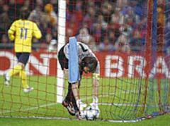 Tor zum 0:1 duch Lionel Messi, Franco Costanzo nimmt den Ball aus dem Tor.