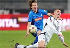 Hoffenheims Matthias Jaissle gegen Bielefelds Artur Wichniarek.