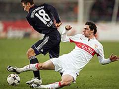 Bayerns Miroslav Klose gegen Stuttgarts Roberto Hilbert.