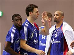 Luc Abalo, Jerome Fernandez und Didier Dinart  feiern den Sieg.