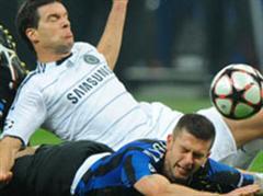 Milans Thiago Motta gegen Chelseas Michael Ballack.