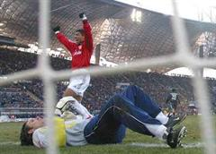 Bayerns Giovane Elber jubelt nach dem 0:1.