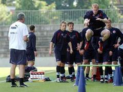 U21-Trainer Bernard Challandes beobachtet Ludovic Magnin beim Hürdenspringen.