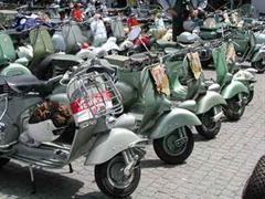 Die bessere Alternative, um dem Verkehrschaos zu entfliehen: Vespa Motorroller.