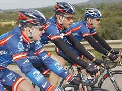 Lance Armstrong (mitte) hält sich wie üblich anfangs Saison zurück.