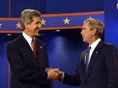 Kerry lächelt, Bush wirkt etwas verkrampft.