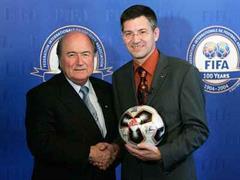 Shakehands: Fifa-Boss Sepp Blatter (l.) und Adidas-CEO Herbert Hainer.