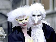 Prunkvolle Kostüme prägen den Karneval von Venedig.