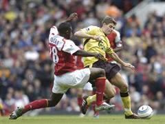 Arsenals Kolo Toure gegen Liverpools Steven Gerrard.
