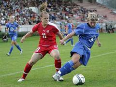Vanessa Bürki gegen Russlands Tatiana Skotnikova. (Fussball-WM Frauen - Schweiz - Russland)