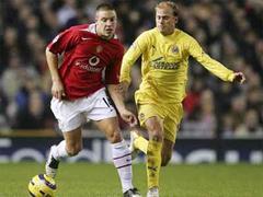 Manchesters Alan Smith gegen Villarreals Lucho.