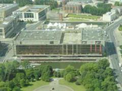 Der Palast der Republik wurde wegen Asbest-Verseuchung gesperrt und später komplett entkernt.