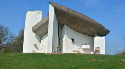 Notre-Dame-du-Haut de Ronchamp wurde nach Plänen von le Corbusier errichtet.