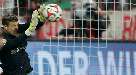 Weidenfeller-Ersatz Mitchell Langerak hält den Penalty von Mario Götze.