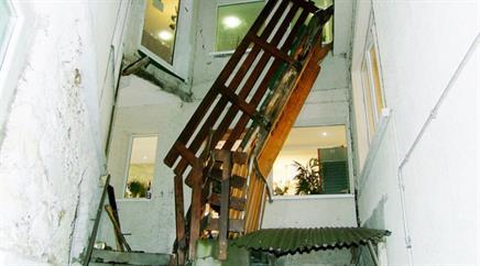 Der Holzsteg riss fünf Gäste in die Tiefe.