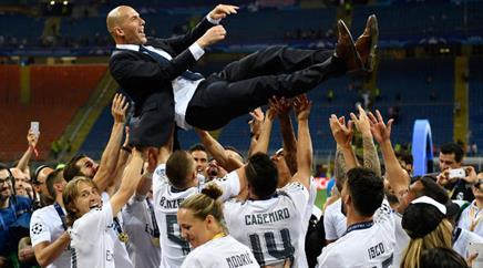 Reals Trainer Zinédine Zidane wurde von den Spielern hoch in die Luft geworfen.