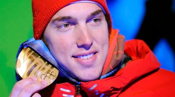 Carlo Janka präsentiert stolz seine Goldmedaille.