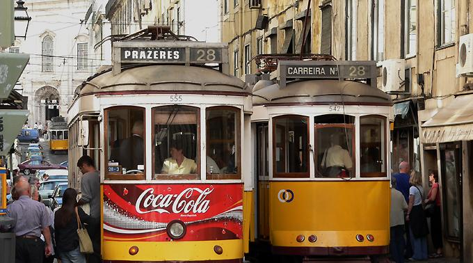 Tramverkehr in der Lisabonner Altstadt.