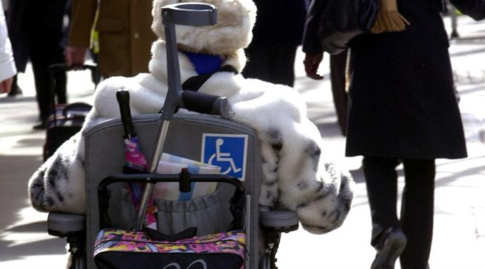 Invalide im Rollstuhl.
