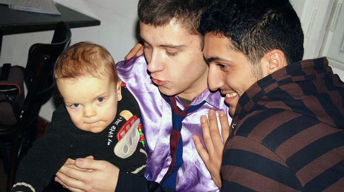 Homosexuelles Paar mit Kind: Regenbogenfamilien fordern mehr Rechte.