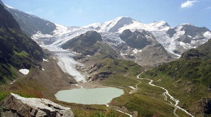 Mehrere Alpenpässe nach heftigen Regenfällen gesperrt.